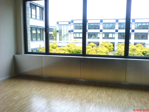Fensterfront mit Ausblick auf modernes Gebäude