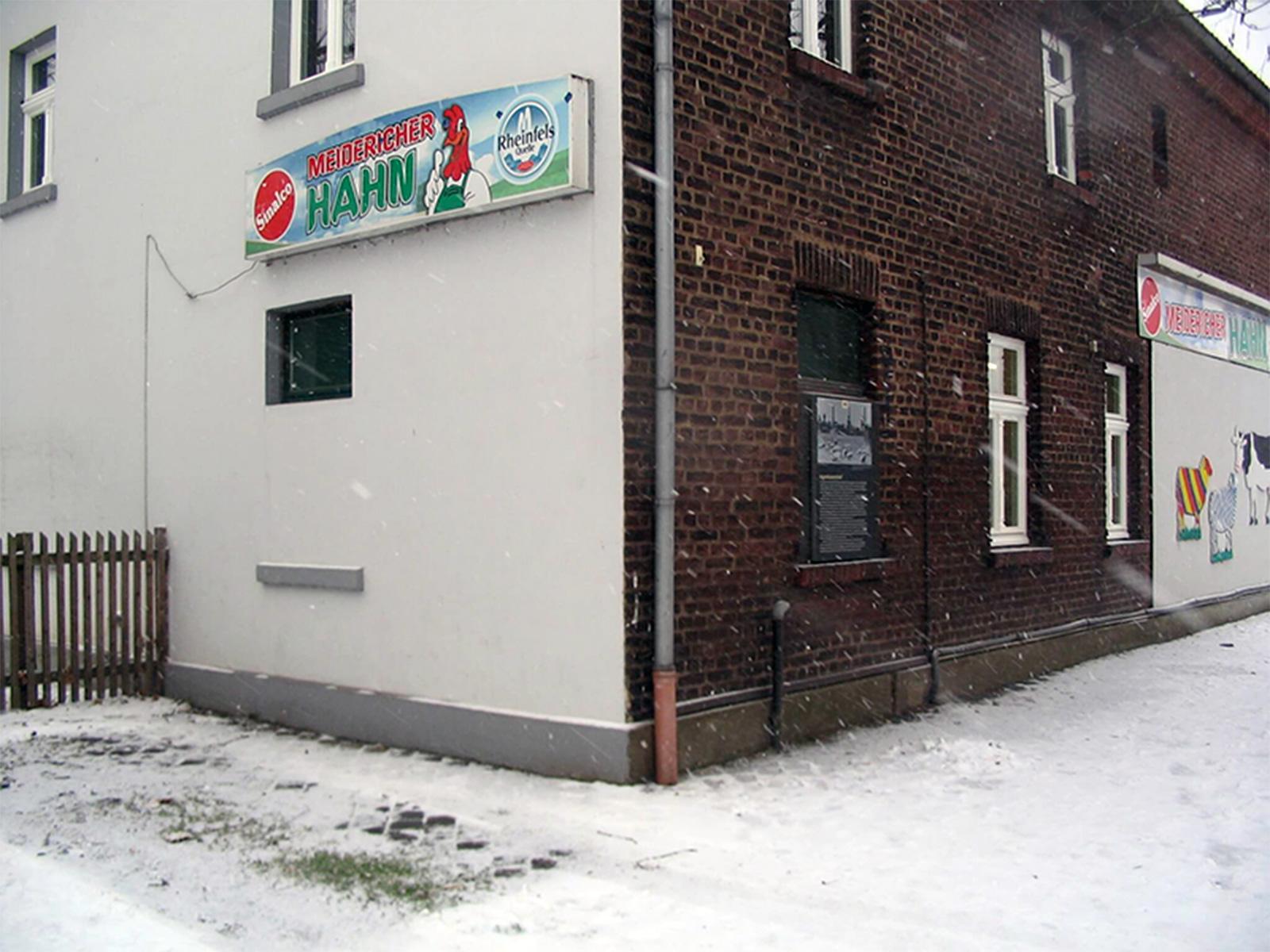 Gebäude mit neu eingebauten weißen Holzfenstern