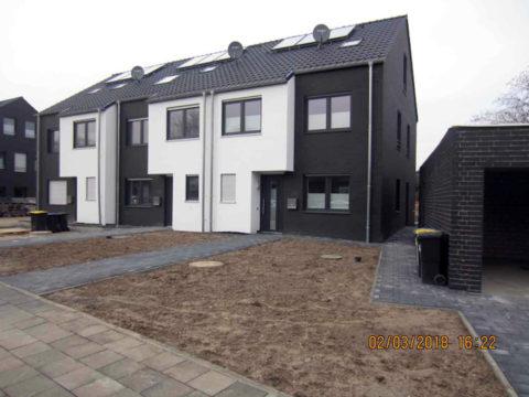 Häuseransicht mit Klinker und weißen Hervorhebungen